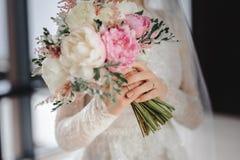 Ramo de la boda en manos foto de archivo libre de regalías