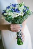 Ramo de la boda en manos de la novia Foto de archivo