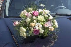 Ramo de la boda en la portada del coche Fotografía de archivo libre de regalías