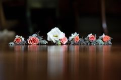 Ramo de la boda en la tabla imágenes de archivo libres de regalías