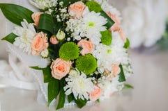 Ramo de la boda hecho de rosas, de crisantemo y de la colocación en la tabla Imagen de archivo