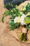 Ramo de la boda puesto en la arena Foto de archivo libre de regalías