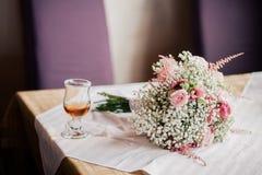 Ramo de la boda y una taza de té en la tabla Foto de archivo libre de regalías