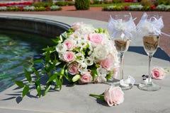 Ramo de la boda y vidrios de champán Imagen de archivo libre de regalías