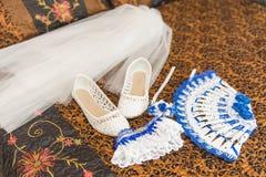 Ramo de la boda y zapatos de la novia Liga, zapatos, fan, novia del velo en la cama Imagen de archivo libre de regalías