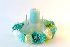 Ramo de la corona de flores alrededor de una vela Imagenes de archivo