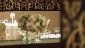 Ramo de la flor artificial en restaurante de lujo escena Decoraciones florales en la tabla en restaurante el día de boda A almacen de metraje de vídeo