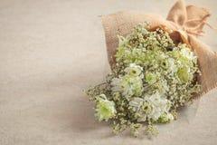 Ramo de la flor blanca en saco del arte en viejo fondo Foto de archivo