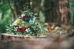 Ramo de la flor de la boda en inicio de sesión de madera el bosque Fotos de archivo libres de regalías