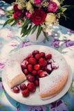 Ramo de la flor de rosas y de torta del angelfood Fotos de archivo
