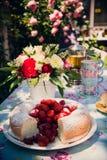 Ramo de la flor de rosas y de torta del angelfood Imagenes de archivo