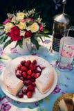 Ramo de la flor de rosas y de torta del angelfood Imagen de archivo libre de regalías