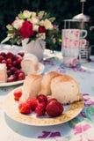 Ramo de la flor de rosas y de torta del angelfood Fotos de archivo libres de regalías