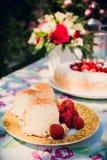 Ramo de la flor de rosas y de torta del angelfood Fotografía de archivo