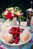 Ramo de la flor de rosas y de torta del angelfood Foto de archivo libre de regalías
