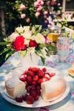 Ramo de la flor de rosas y de torta del angelfood Foto de archivo