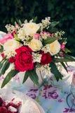 Ramo de la flor de rosas y de torta del angelfood Fotografía de archivo libre de regalías