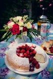 Ramo de la flor de rosas y de torta del angelfood Imágenes de archivo libres de regalías