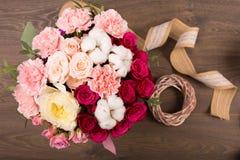 Ramo de la flor en un fondo de madera Foto de archivo libre de regalías