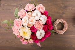 Ramo de la flor en un fondo de madera Imágenes de archivo libres de regalías