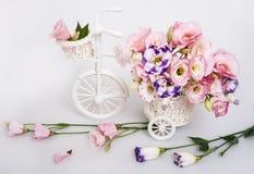 Ramo de la flor fresca en un carro blanco decorativo Imagen de archivo