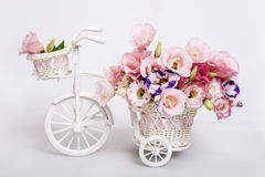 Ramo de la flor fresca en un carro blanco decorativo Foto de archivo libre de regalías