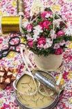 Ramo de la flor y accesorios de costura Fotos de archivo libres de regalías