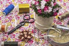 Ramo de la flor y accesorios de costura Imagenes de archivo