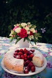 Ramo de la flor y torta del angelfood Imágenes de archivo libres de regalías