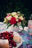 Ramo de la flor y torta del angelfood Imagen de archivo