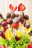 Ramo de la fruta con el chocolate que hiela, regalo especial, co vertical Imagen de archivo libre de regalías