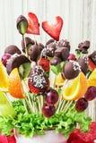 Ramo de la fruta con el chocolate que hiela, regalo para usted Fotografía de archivo libre de regalías