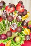 Ramo de la fruta con el chocolate que hiela, regalo para usted, co vertical Fotos de archivo