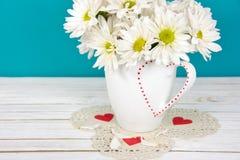 Ramo de la margarita en la taza de la tarjeta del día de San Valentín imagenes de archivo