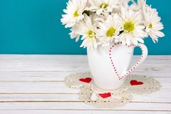 Ramo de la margarita en taza de la tarjeta del día de San Valentín imagenes de archivo