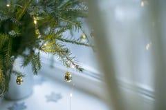Ramo de la Navidad con el juguete del oro Fotos de archivo