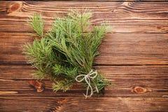 Ramo de la Navidad de rama de árbol de abeto en fondo de madera fotografía de archivo libre de regalías