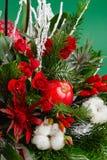 Ramo de la Navidad del invierno del primer en colores verdes y rojos Imagen de archivo