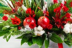 Ramo de la Navidad del invierno del primer en colores verdes y rojos Foto de archivo