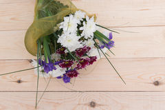 Ramo de la primavera de flores con los crisantemos Fotos de archivo libres de regalías