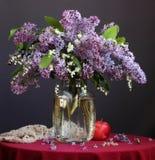 Ramo de la primavera de lirios del valle y un jardín de lilas Fotos de archivo libres de regalías