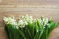 Ramo de la primavera de los lirios del valle, lirio de los valles en un fondo de madera imagen de archivo libre de regalías