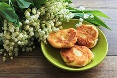 Ramo de la primavera de los lirios del valle, pasteles de queso para el desayuno del pastel de queso del desayuno imágenes de archivo libres de regalías