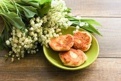 Ramo de la primavera de los lirios del valle, pasteles de queso para el desayuno del pastel de queso del desayuno foto de archivo