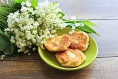 Ramo de la primavera de los lirios del valle, pasteles de queso para el desayuno del pastel de queso del desayuno foto de archivo libre de regalías