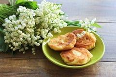 Ramo de la primavera de los lirios del valle, pasteles de queso para el desayuno del pastel de queso del desayuno fotos de archivo