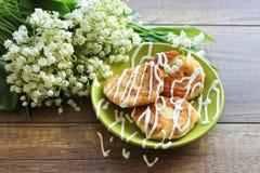 Ramo de la primavera de los lirios del valle, pasteles de queso para el desayuno del pastel de queso del desayuno imagenes de archivo