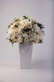 Ramo de las flores artificiales en el florero en blanco Fotografía de archivo libre de regalías