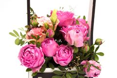 Ramo de las flores en una caja, Booker de las rosas para el día de madre Rose en una caja de regalo Flores el 8 de marzo Día feli imagen de archivo libre de regalías