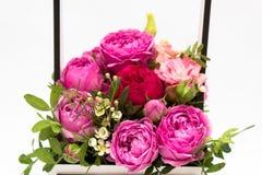 Ramo de las flores en una caja, Booker de las rosas para el día de madre Rose en una caja de regalo Flores el 8 de marzo Día feli imágenes de archivo libres de regalías